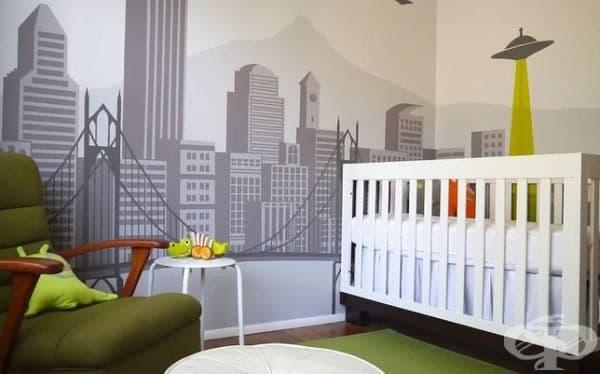 Извънземна инвазия. Въпреки обикновените мебели, е съвсем ясно, че това е детска стая благодарение на необичайното нарисуваните стени.