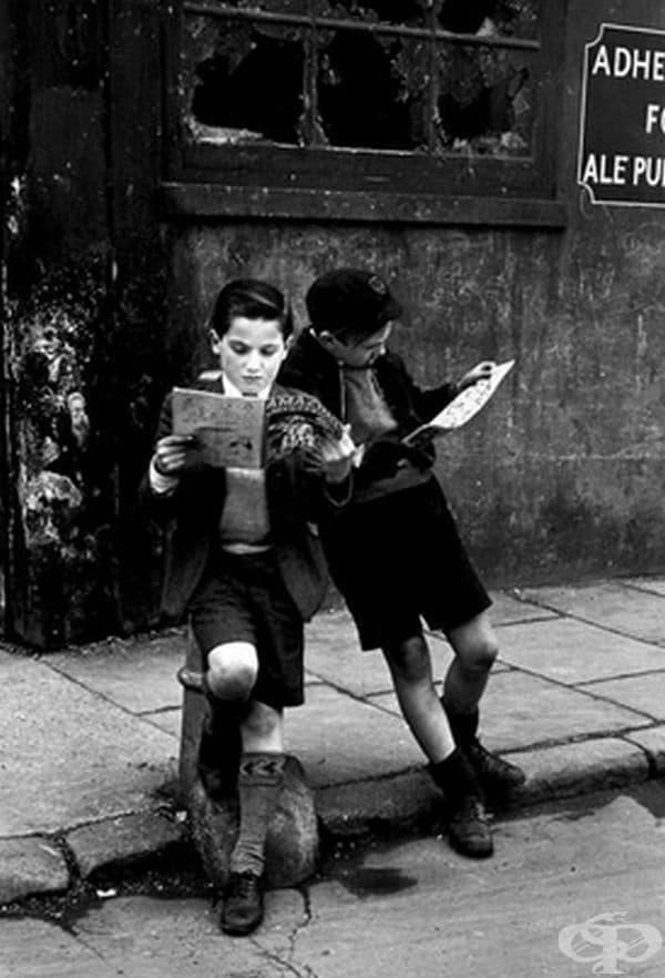 Две деца разглеждат комикси, 1952 г.