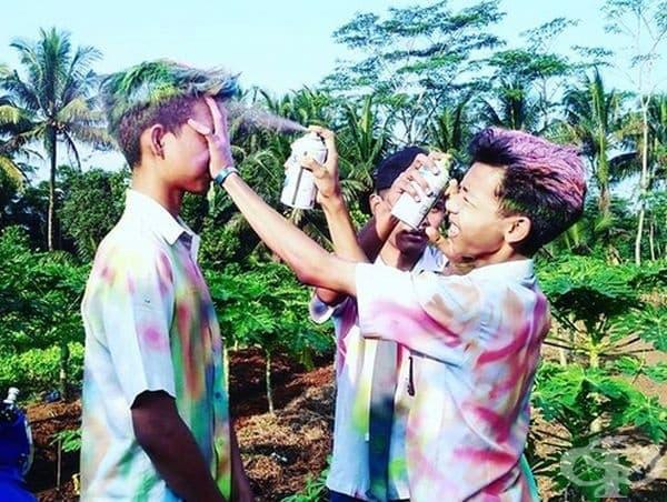 """Малайзия. Завършващите ученици имат традиция да се обсипват с разноцветни бои точно както на празника """"Холи""""."""