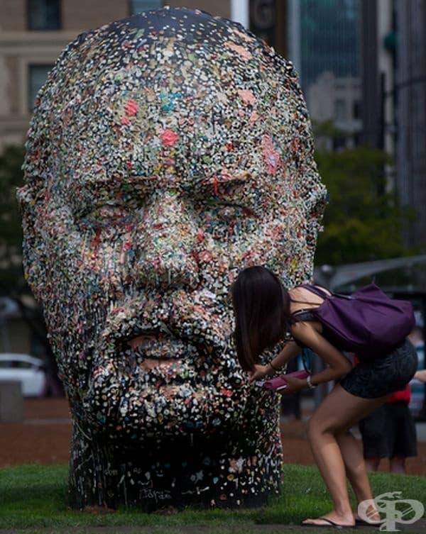 Двуметрова скулптурата от дъвки. Хората могат да си залепят дъвката на нея, вместо да я хвърлят на земята.
