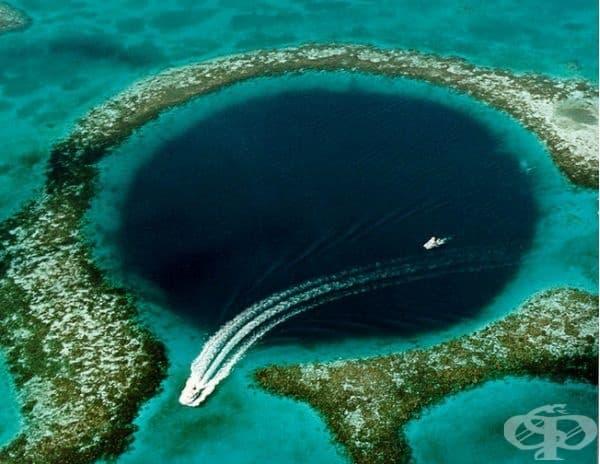 Голямата синя дупка в Белиз е изключително примамлива дестинация за туристите. Диаметърът й е около 300 м, а дълбочината 13 м. Бихте ли се гмурнали?