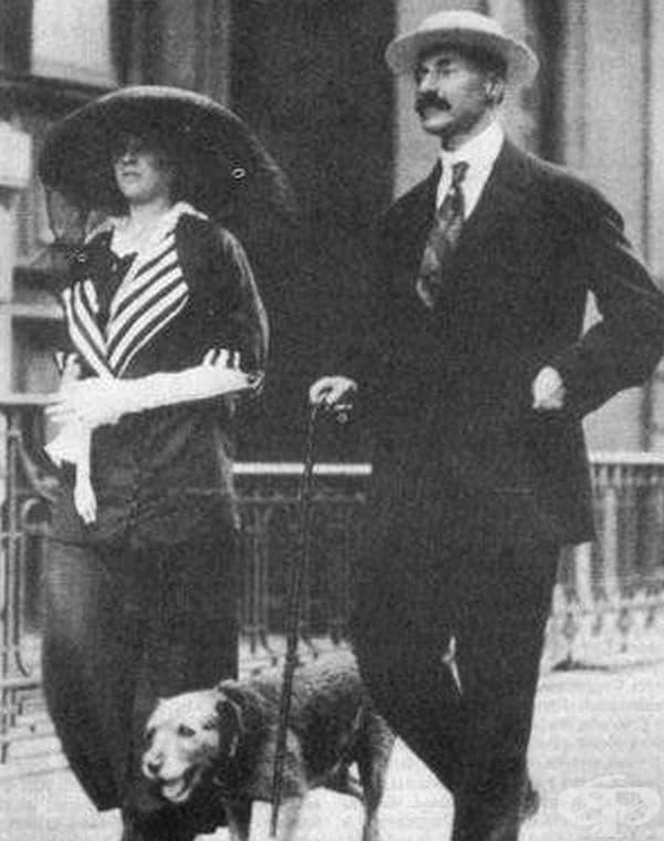 Джон Джейкъб Астор IV, 19-годишната му съпруга Мадлин и кучето Кити на път към Титаник, 1912 г. Той и Кити не оцеляват. Мадлен оцелява и по-късно родиражда сина им Джон Якоб Астор V.