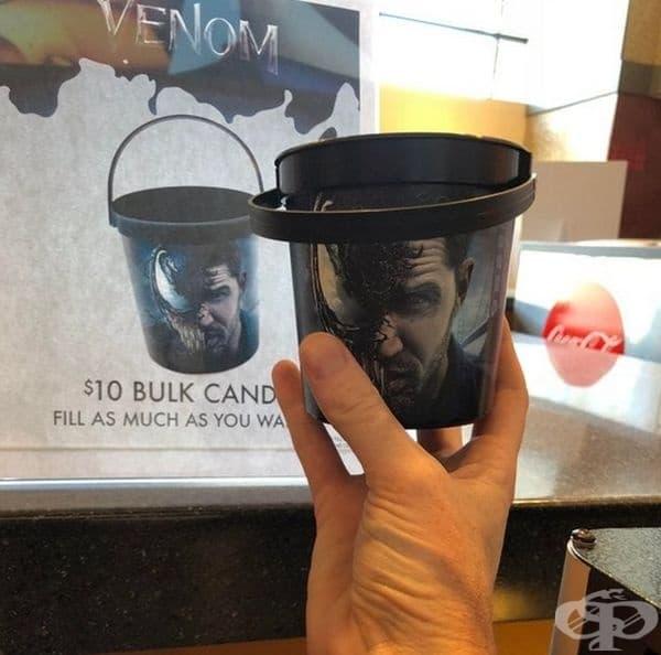 Киносалон рекламира кофа, която може да се пълни с бонбони. Кофата се оказа кофичка.