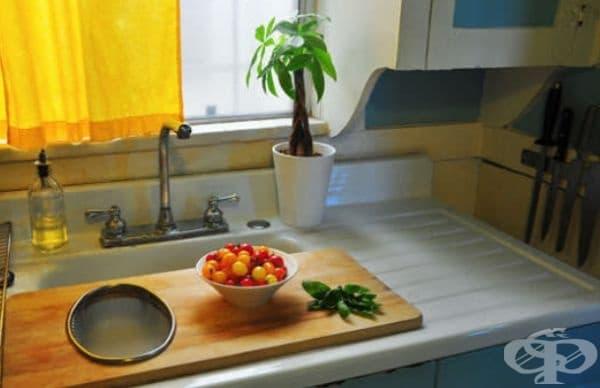 Поставете дъската за рязане върху мивката, за да се сдобиете с допълнителен плот за работа.
