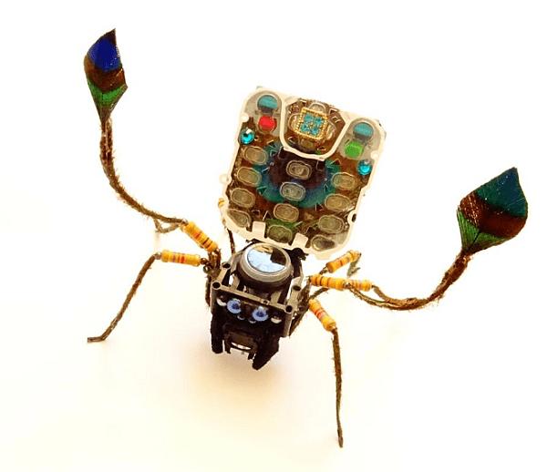 Творец трансформира стари компютърни части в скулптури на насекоми