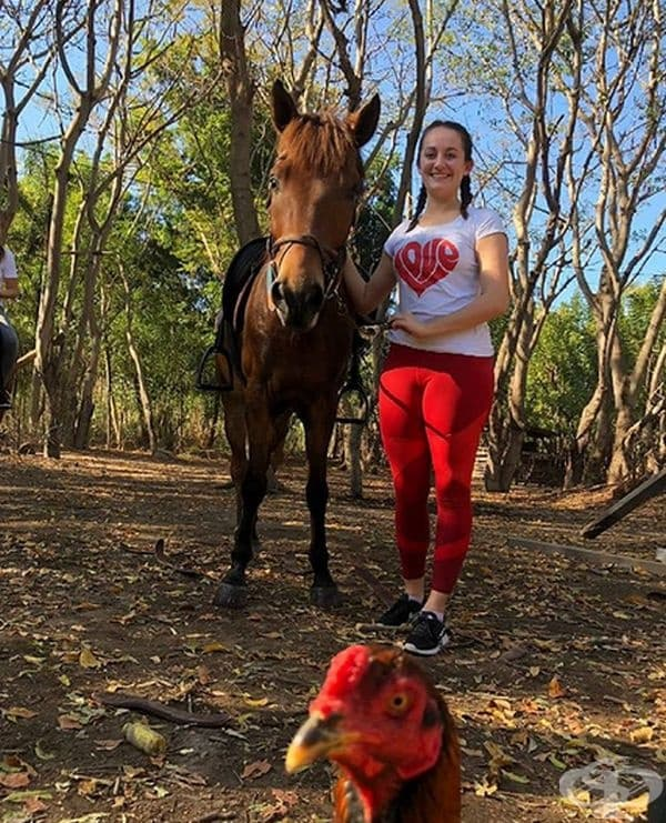 Защо да си правите снимка с кон, като има кокошки наоколо?