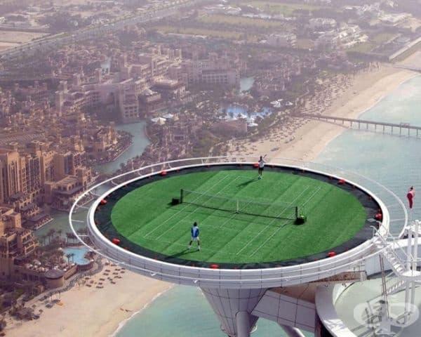 Играйте тенис на открито.