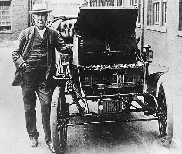 Електрически автомобил.Първото електрическо превозно средство е представено през 1895 г. Тук е американският изобретател и физик Томас Едисън с първия си електромобил Едисон Бейкър. В ръката си държи една от батериите, използвани за захранване на колата.
