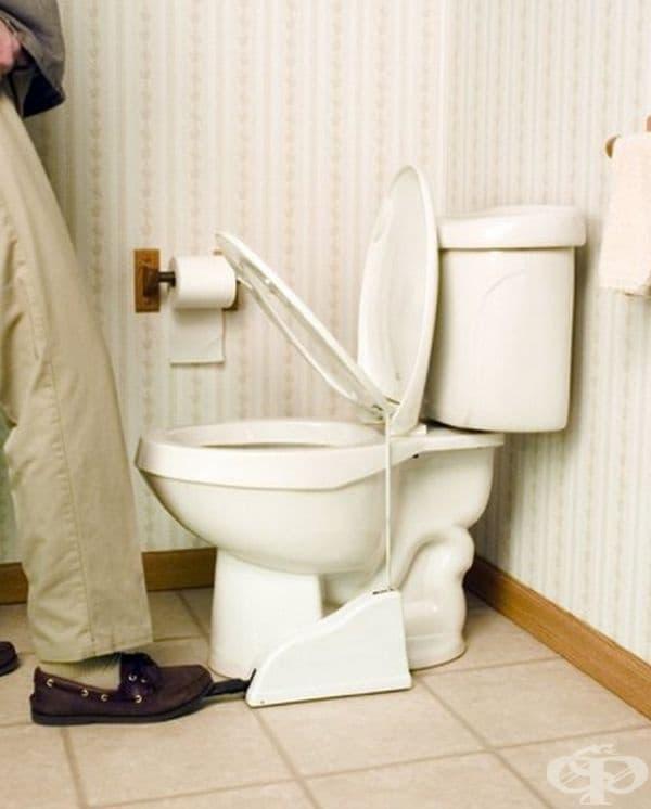 Педал, повдигащ седалката на тоалетната чиния. С негова помощ и двата ще бъдат доволни.