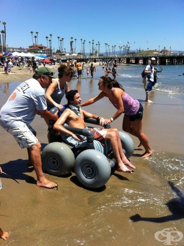 Семейството на това момче създава специална инвалидна количка, за да се наслади на морските вълни.
