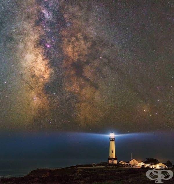 Светлината от фара откроява Млечния път.