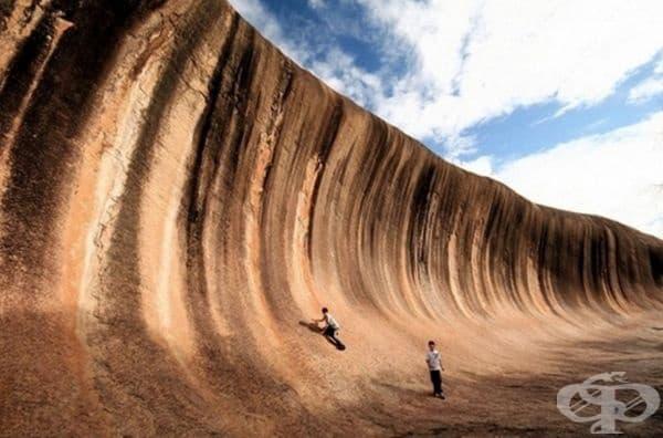 Тази каменна стена изглежда точно като вълна, на която можем само да се възхищаваме.