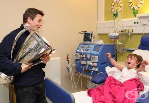 Браян О'Дрискол, ирландски ръгбист, посещава младо момиче в болницата с купата на Хайнекен под ръка.