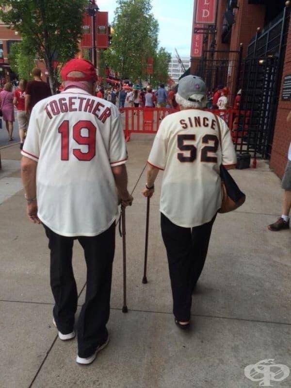 """Тази двойка е просто очарователна. На техните тениски е изписано: """"Заедно от 1952""""."""