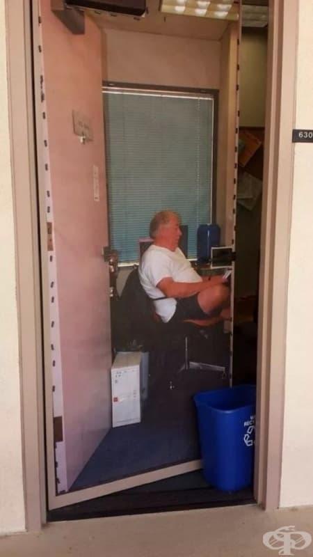 Професорът рядко присъства в кабинета си, затова е качил своя снимка на вратата.