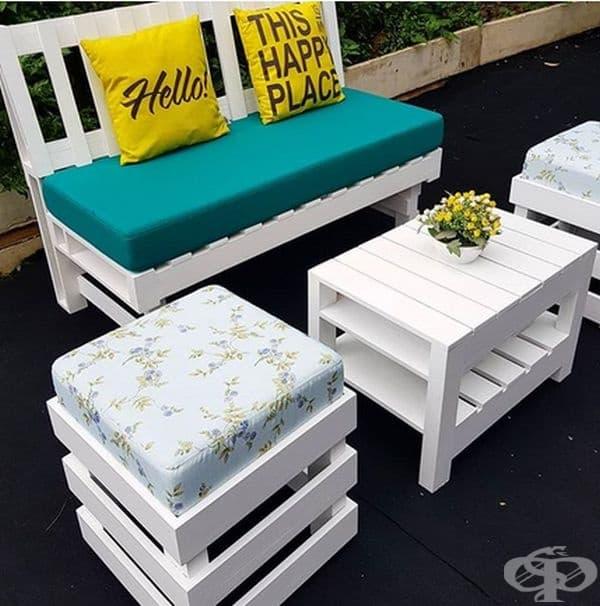 Можете да създадете диван и масичка за кафе от няколко дървени палета и добавяте няколко възглавници отгоре.