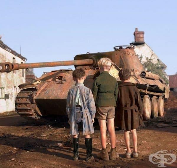 Три момчета от Франция наблюдават немски танк.