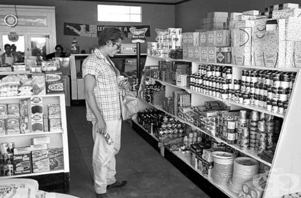 Джеймс Дийн пазарува хранителни стоки в Марфа, Тексас, 1955 г.