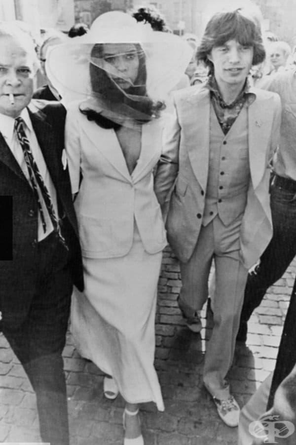 Бианка Джагър, 1971г. Моделът Джагър се омъжи за Мик Джагър през 1971 г. в бял костюм от пола и сако – една от най-стилните булки на десетилетието.