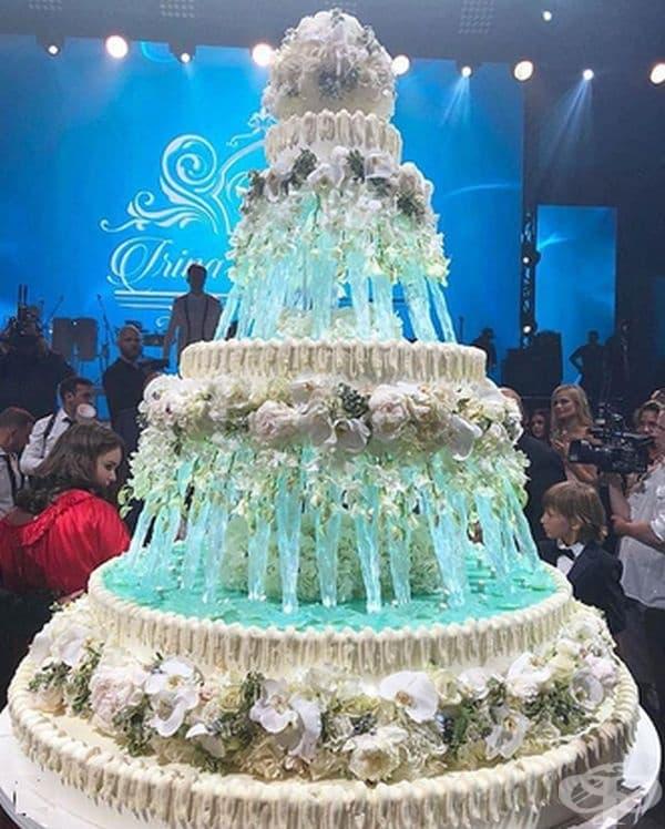 Още един шедьовър, с височина от 2,5м. Всичко по тортата спокойно може да се консумира.