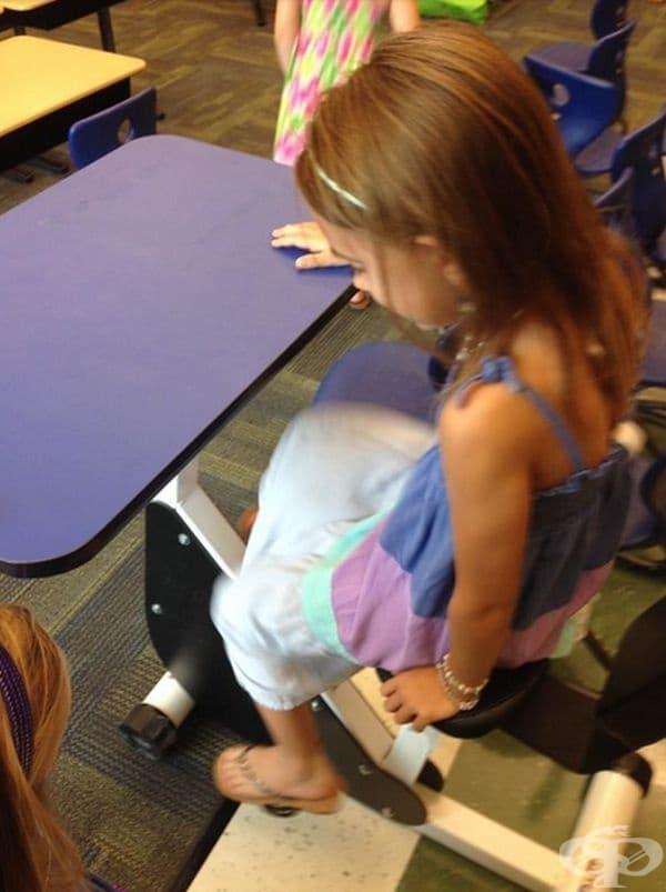 Училище с чинове, към които има педали и децата могат да се раздвижват по време на час.