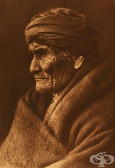 Един старец Апачи, уловен от обектива на Къртис, 1900 г.