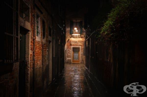 Малка уличка, дъжд и една светеща лампа, приканваща гости.