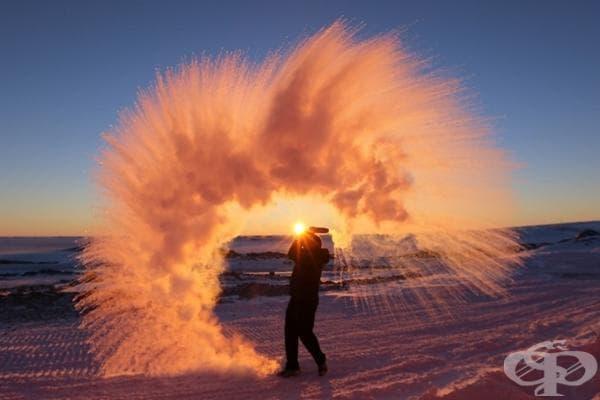 Това се случва, когато изсипем гореща вода във въздуха на Антарктида.