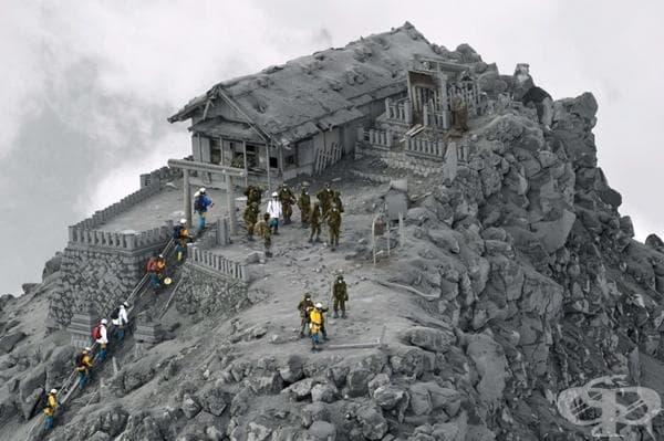 Храм, потънал в пепел след изригването на вулкана Онтаке, Япония.