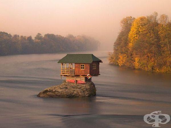 Къща върху скала в Сърбия