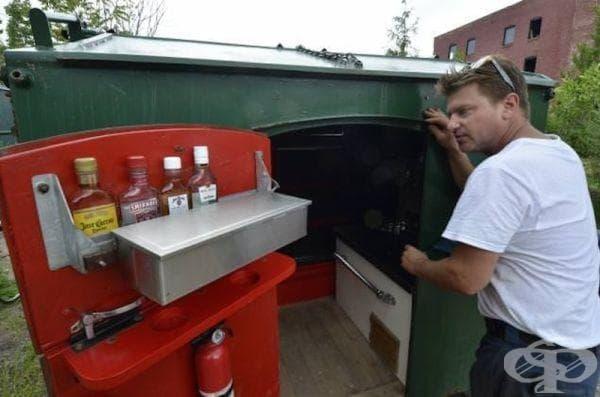 Къща от контейнер за отпадъци - вход