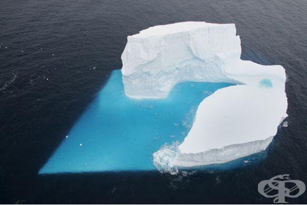 Айсберг под формата на сърце в Южния океан, Антрактида