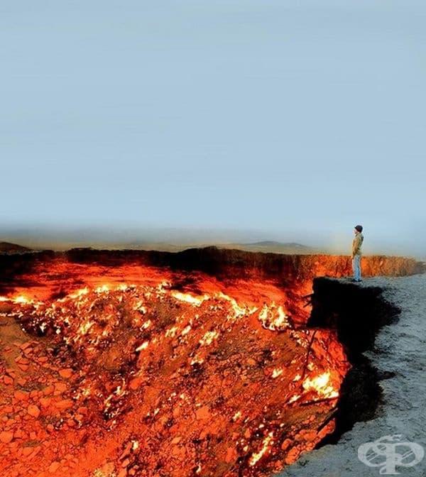 """В Туркменистан има вечен пламък.През 1971г съветските учени започват да сондират газ в центъра на Каракум, но сондажна платформа се срутва и във въздуха се отделят отровни газове.От тогава там все още гори огън, а местните хора го наричат """"Врата към ада""""."""