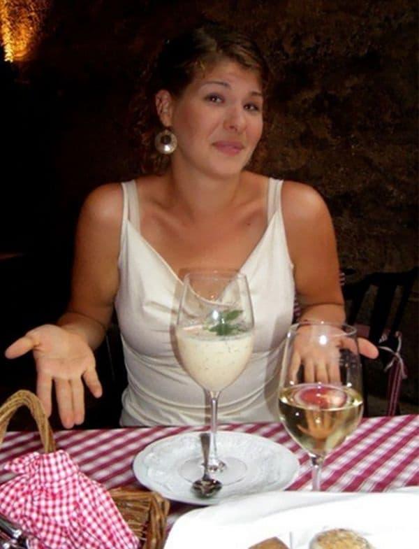 Супа, предложена в чаша за вино.