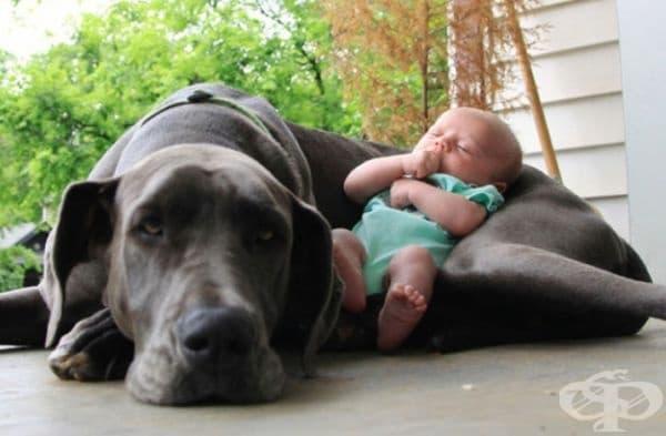 Лято е, но е добре бебето да не лежи на земята.