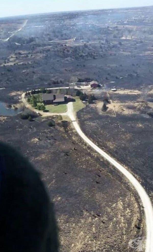 """""""Собственикът на къщата пусна пръскачките, преди да избяга от горски пожар в Канзас. След като се прибра у дома, той забеляза това""""."""