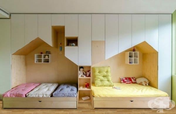 Стая за двама и повече деца. Всяко помещение на детето се нуждае от комбинация между красота и функционалност. Такава конструкция спомага за съчетаването на спалните помещения, детската площадка и складовата площ.