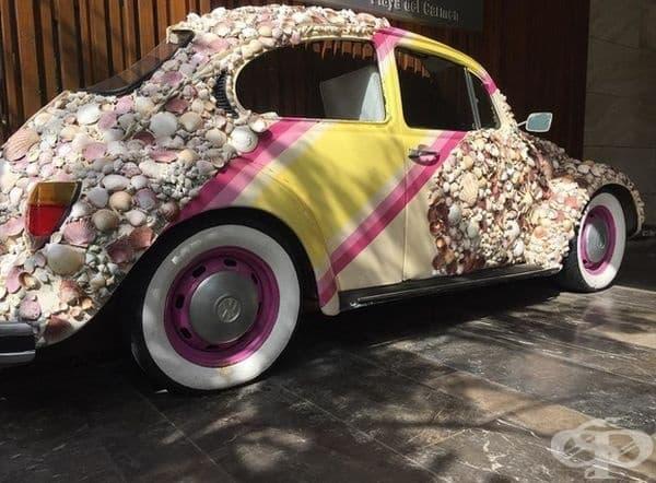 Автомобил, покрит с мидички е част от градския дизайн в Плая дел Кармен, Мексико.