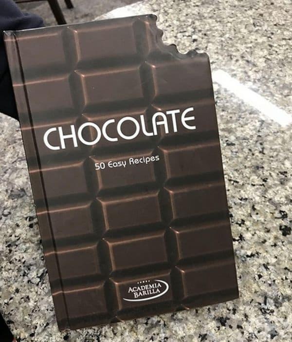 Книга с рецепти, която изглежда като отхапан шоколад.
