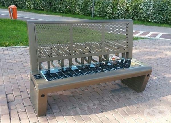 Скамейка, която има Wi-Fi, изходи за зареждане и слънчева батерия.
