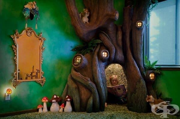 Детска стая с приказно място за игра и четене.