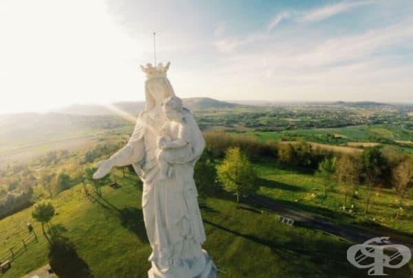 Белоснежна Дева Мария в Мантон, Франция.