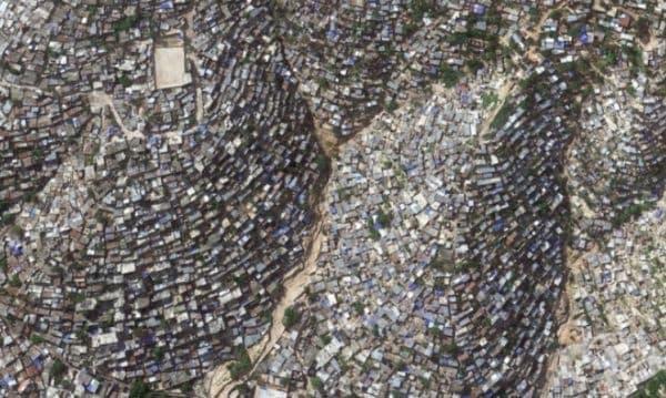 Беден квартал в столицата Порт-о-Пренс в Хаити, заснет от високо.