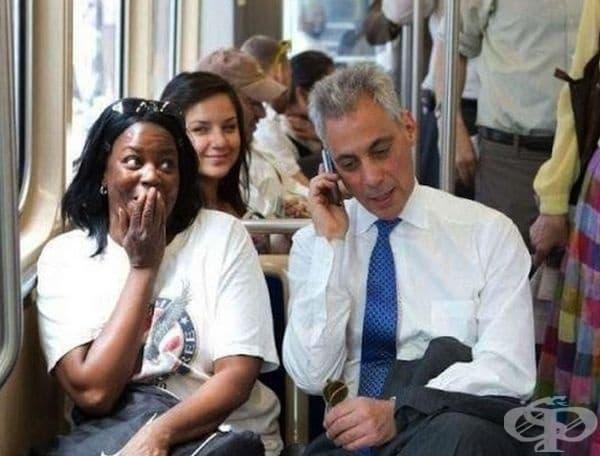 Кметът на Чикаго взе телефона на жената, за да й даде добра препоръка по време на интервю за работа.