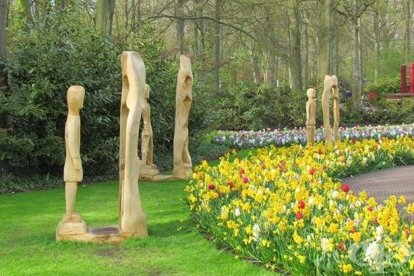 Из целия парк са поставени интересни скулптури.