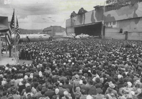 Хиляди работници събрани пред завода за церемония, отбелязваща прехода от производството на B-17 към B-29, 10 април 1945 г.