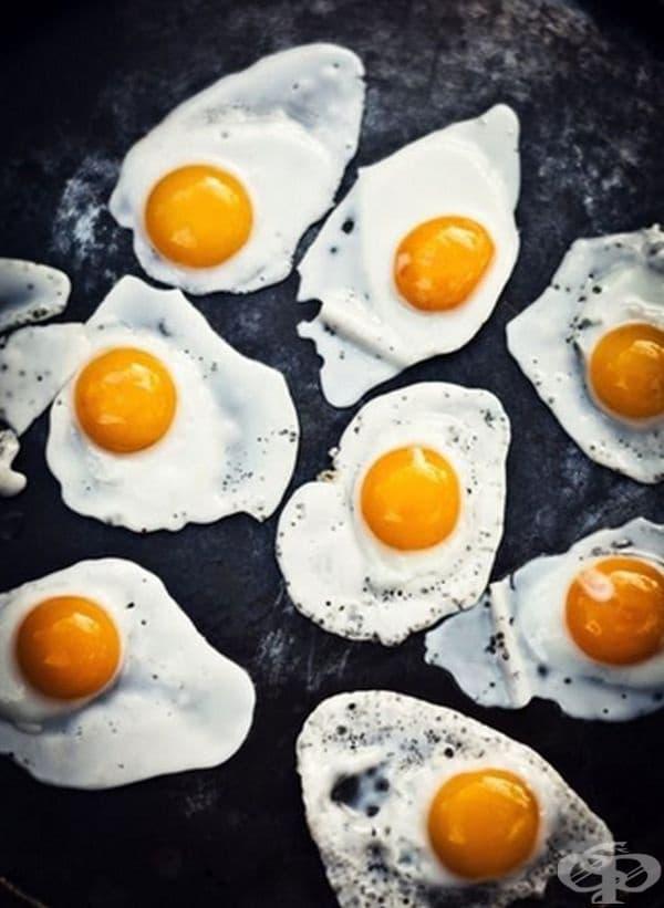 За да направите перфектни яйца на очи, добавете и малко вода към маслото в тигана. Така те няма да изгорят и ще бъдат по-полезни за организма. Солта е добре да се прибави към маслото, в което се приготвят яйцата.