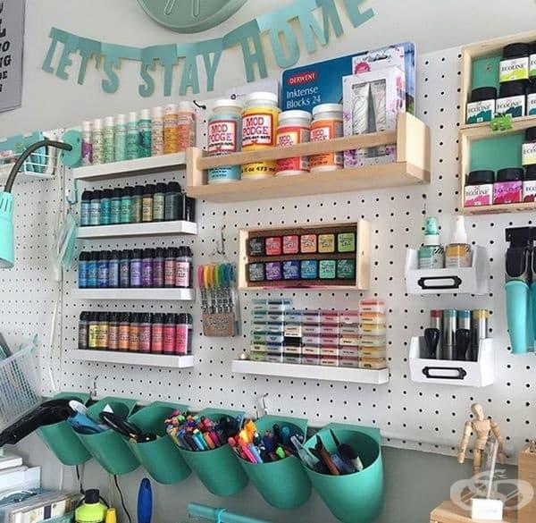 Организирайте работното си място с рафтове. Може да подредите материалите, с които работите с различни отделения или рафтове на стената до вас.