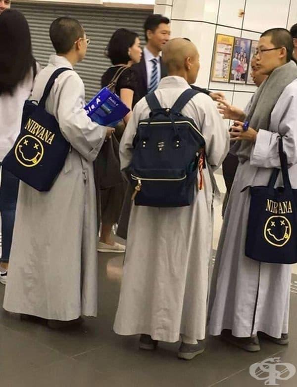 Монаси с чанти на Нирвана.