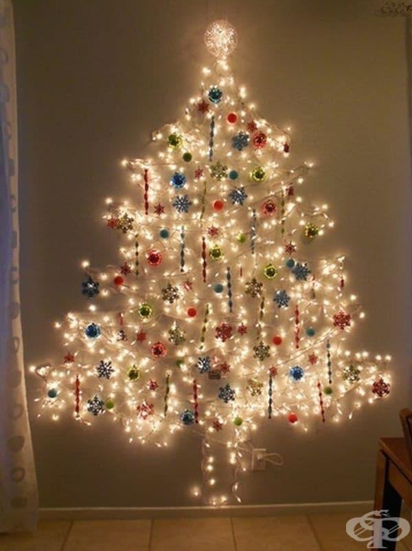Коледно дърво на стената, изобразено от разноцветни лампички.